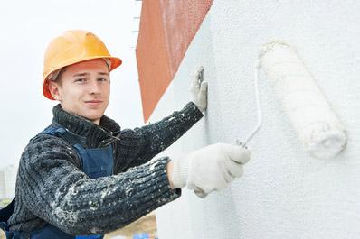 Mann streicht Gewebeputz an Fassade Malereibetrieb Hannover