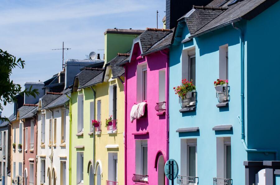 Häuser angestrichen in bunt in Straße