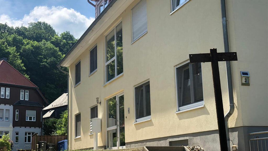 Mehrfamilienhaus mit neuem Fassadenanstrich