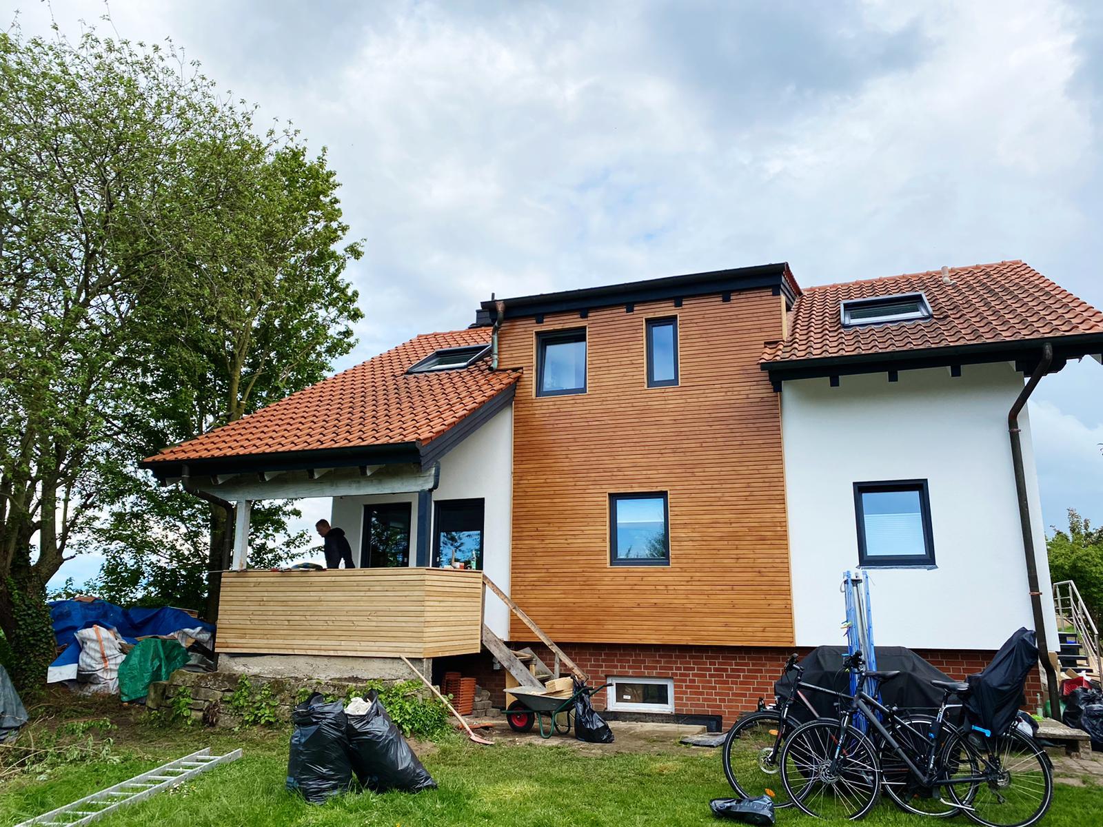 Ihr Maler für Fassadenrenovierungen in Ronnenberg: Fassadenputz mit Lotuseffekt und Rhombus Fassade aus sibirischer Lärche